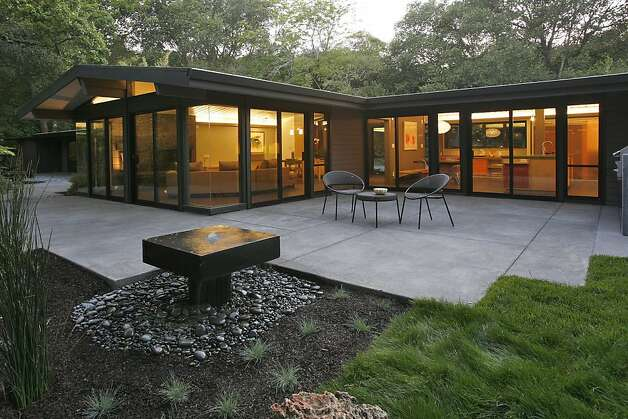 East bay home tour sets course for sustainability sfgate for Mid century modern water feature