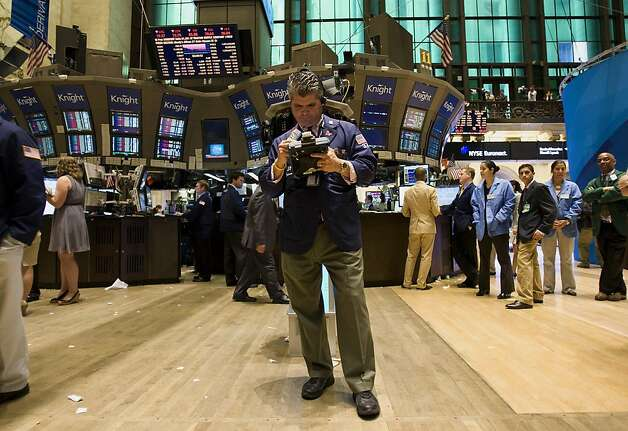 Traders work during the last half hour of the trading day at the New York Stock Exchange (NYSE) in New York, U.S., on Thursday, Aug. 4, 2011. A global rout in equities drove the Standard & PoorÍs 500 Index to its worst nine-day slump since 2009, while two-year Treasury yields plunged to a record low amid concern the economy is weakening. Photo: Scott Eells, Bloomberg
