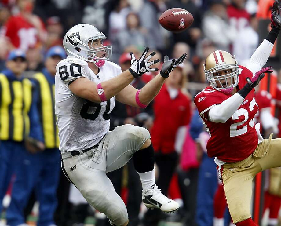 Zach Miller of the Raiders hauls in a long pass for a large gain in the fourth quarter against the 49ers on Sunday at Candlestick Park. Photo: Brant Ward, The Chronicle