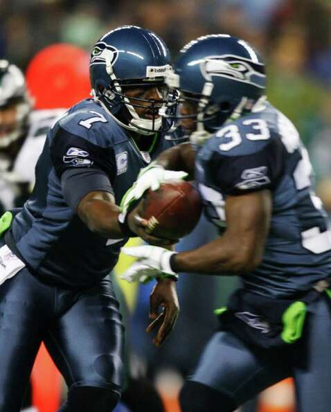 SEATTLE, WA - DECEMBER 1:  Tavaris Jackson #7 of the Seattle Seahawks hands off to Leon Washington #