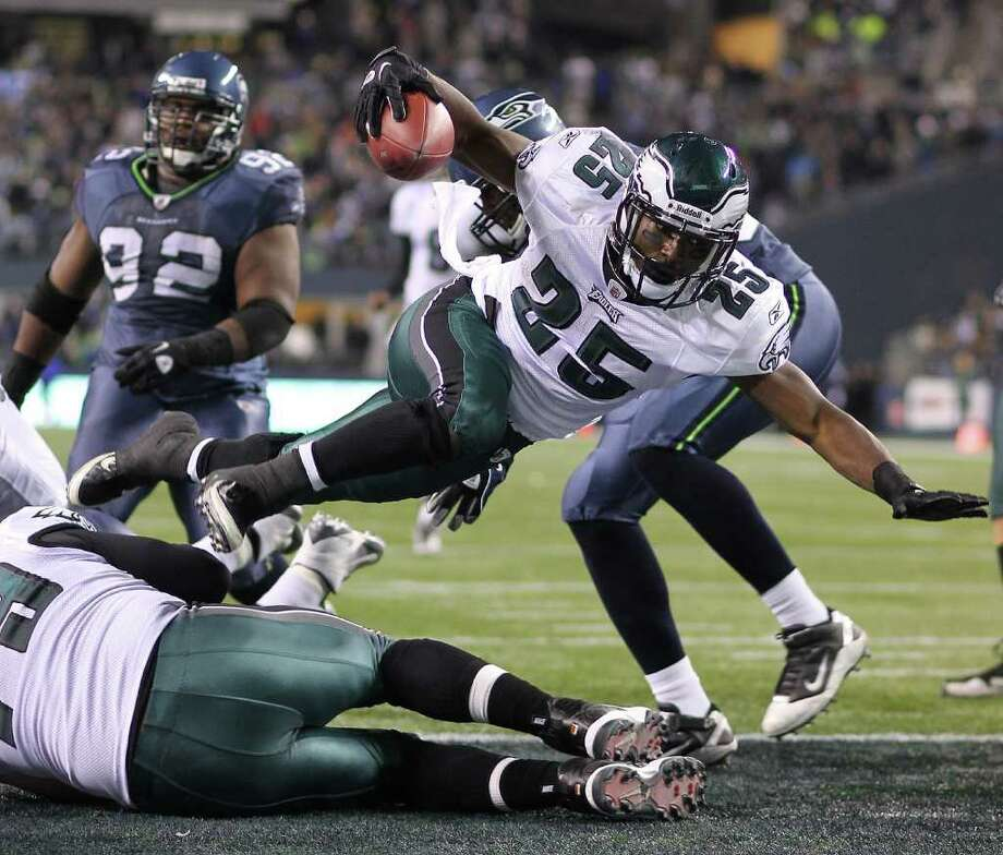 SEATTLE - DECEMBER 01:  Running back LeSean McCoy #25 of the Philadelphia Eagles leaps over the goal line for a touchdown in the fourth quarter against the Seattle Seahawks at CenturyLink Field on December 1, 2011 in Seattle, Washington. The Seahawks defeated the Eagles 34-14. Photo: Otto Greule Jr, Getty Images / 2011 Getty Images