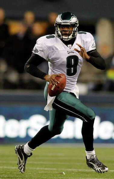 SEATTLE - DECEMBER 01:  Quarterback Vince Young #9 of the Philadelphia Eagles scrambles out of the p