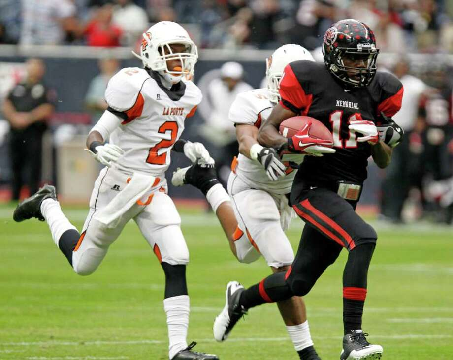 Port Arthur Memorial's Jhajuan Seales right, breaks away from La Porte defenders during the first quarter of District 21-5A Regional Finals high school football playoff game at Reliant Stadium Saturday, Dec. 3, 2011, in Houston. Photo: James Nielsen, Houston Chronicle / © 2011 Houston Chronicle