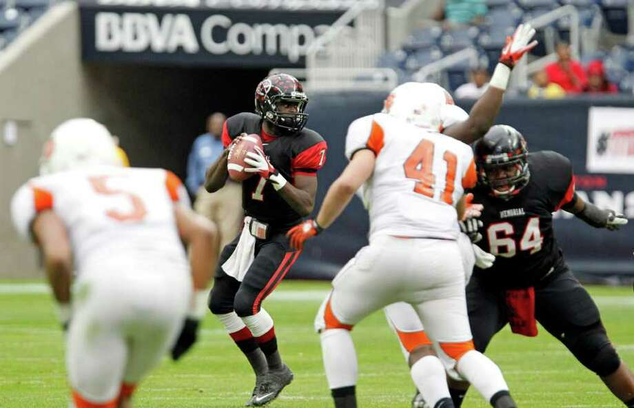 Port Arthur Memorial's quarterback Terrence Singleton prepares to throw a pass against La Porte during the first quarter of District 21-5A Regional Finals high school football playoff game at Reliant Stadium Saturday, Dec. 3, 2011, in Houston. Photo: James Nielsen, Houston Chronicle / © 2011 Houston Chronicle