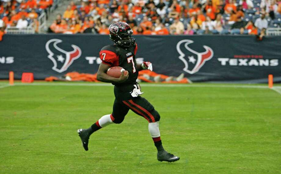 Port Arthur Memorial's quarterback Terrence Singleton runs the ball into the end zone for a touchdown against La Porte during the third quarter of District 21-5A Regional Finals high school football playoff game at Reliant Stadium Saturday, Dec. 3, 2011, in Houston. Photo: James Nielsen, Houston Chronicle / © 2011 Houston Chronicle