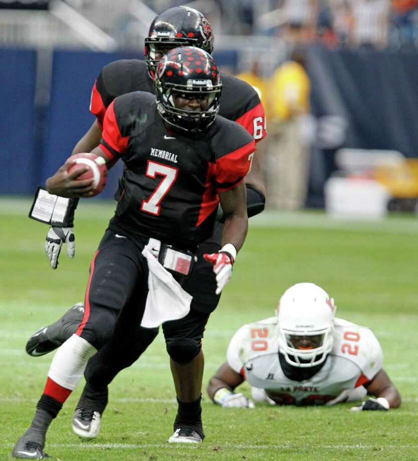 Port Arthur Memorial's quarterback Terrence Singleton runs with the ball against La Porte during the third quarter of District 21-5A Regional Finals high school football playoff game at Reliant Stadium Saturday, Dec. 3, 2011, in Houston. Photo: James Nielsen, Houston Chronicle / © 2011 Houston Chronicle