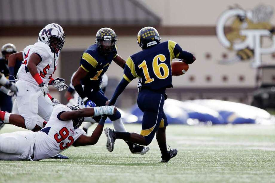 LaMarque quarterback Emanuell Williams (16) scrambles for a first down during the first half of the Class 4A Division II Region III Championship between the La Marque High School Cougars and the Manvel High School Mavericks, Saturday, December 3, 2011 at Galena Park ISD Stadium in Houston, Texas. Manvel leads at the half, 31-14. Photo: TODD SPOTH, For The Chronicle / Todd Spoth