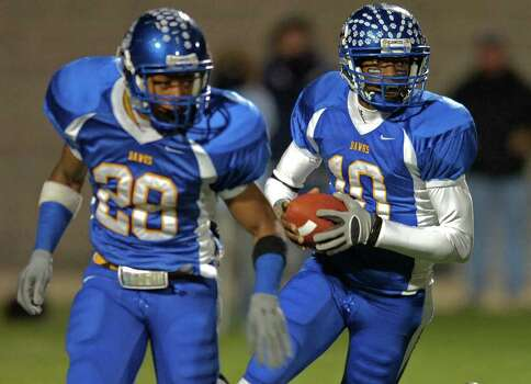 Copperas Cove quarterback Robert Griffin III, right, follows running back Brandin Byrd for a short gain in the first half of the Texas State 4A Division I Championship game in Round Rock, TX, on Saturday, Dec. 15, 2007. Photo: STEVE TRAYNOR, AP / AP