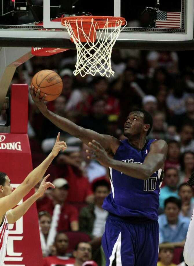 BILLY SMITH II: CHRONICLE MAN IN THE PAINT: Center Samuel Dalembert averages 8.1 points per game for his career but is valued more for his defensive ability. Photo: Billy Smith II / Houston Chronicle