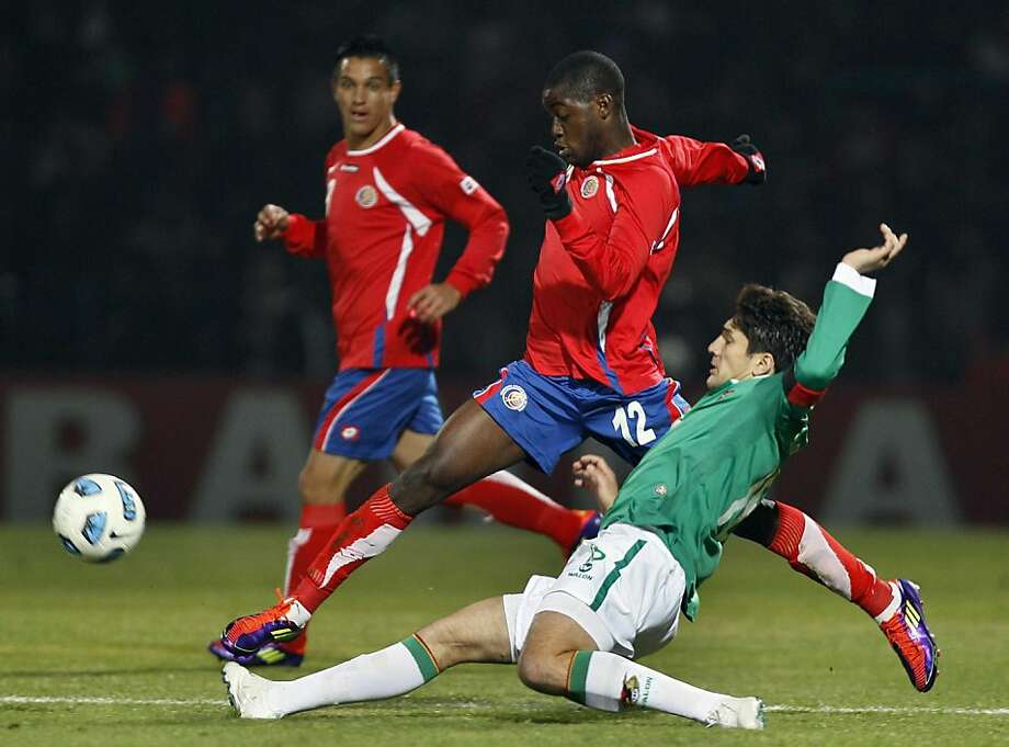 Bolivia's Ronald Raldes, front, and Costa Rica's Joel Campbell compete for the ball during a group A Copa America soccer match in San Salvador de Jujuy, Argentina, Thursday, July 7, 2011. Photo: Fernando Llano, AP