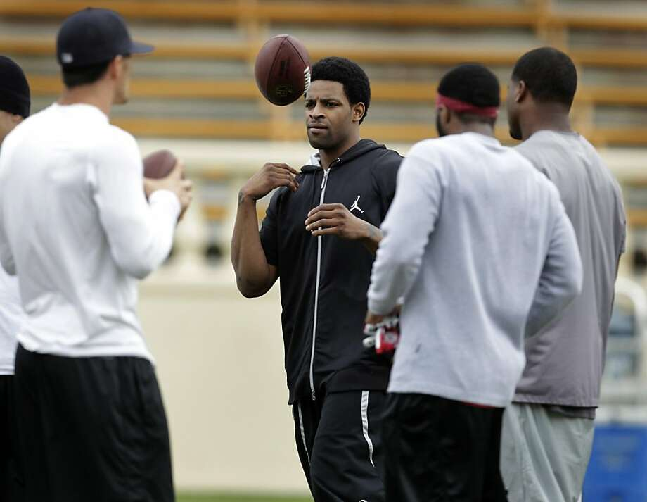Wide receiver Michael Crabtree, center, attends a 49ers players' practice at Spartan Stadium in San Jose, Calif. on Tuesday, June 28, 2011. Photo: Paul Chinn, The Chronicle