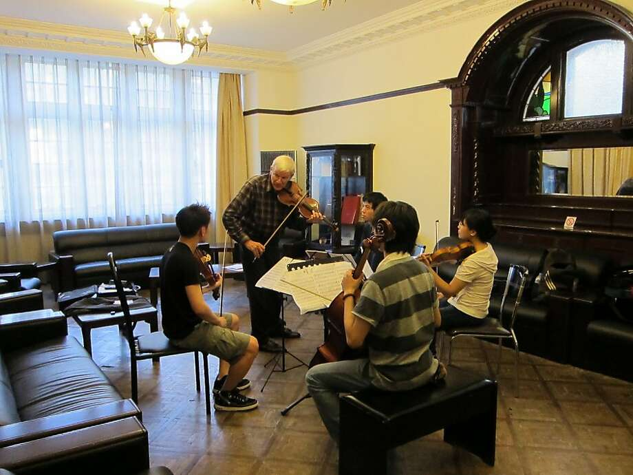 Mark Sokol, chamber music coach at the San Francisco Conservatory of Music, coaches a quartet from the Shanghai Conservatory Photo: Alex Brose, SF Conservatory Of Music