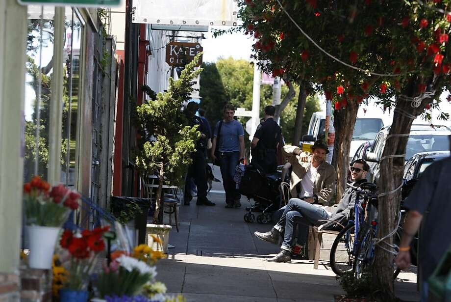 People walk up and down 18th Street between Missouri and Texas Street, and others hang out in front of Farley's coffee shop in San Francisco, Calif., on Thursday, May 19, 2011. Photo: Thomas Levinson, The Chronicle