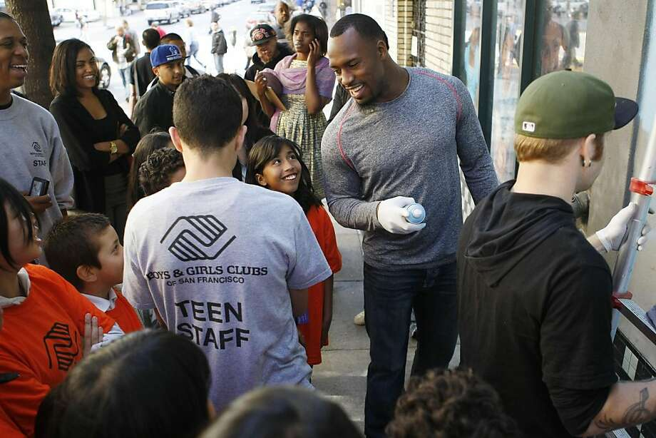 Vernon Davis of the 49ers talks to children and staff members of the Tenderloin Boys and Girls Clubhouse in San Francisco Calif, on Friday, May 20, 2011. Photo: Alex Washburn, The Chronicle
