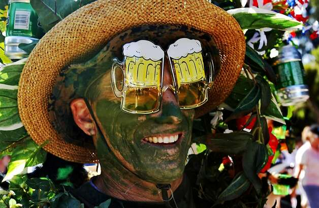 "Greg Willard is dressed as a ""Beer Garden"" in the 98th annual Bay to Breakers Race, Sunday May 17, 2009, in San Francisco, Calif. (AP Photo/San Francisco Chronicle, Lacy Atkins)  ** MANDATORY CREDIT, MAGS OUT, NO SALES, INTERNET OUT, TV OUT ** Photo: Lacy Atkins, The Chronicle"