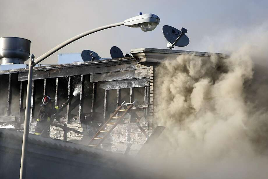 A four-alarm fire broke out at 1040 Folsom street in San Francisco on Wednesday, May 4, 2011. Photo: Anna Vignet, The Chronicle