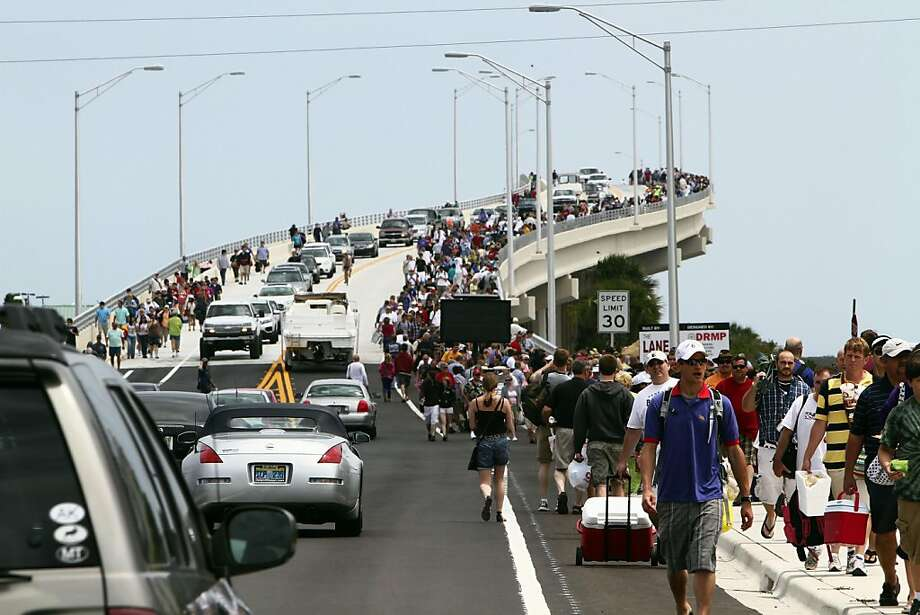 People leave the A. Max Brewer Memorial Parkway (406) Bridge after the launch of space shuttle Endeavour was scrubbed, Friday, April 29, 2011, in Titusville, Florida. (Ricardo Ramirez Buxeda/Orlando Sentinel/MCT) Photo: Ricardo Ramirez Buxeda, MCT