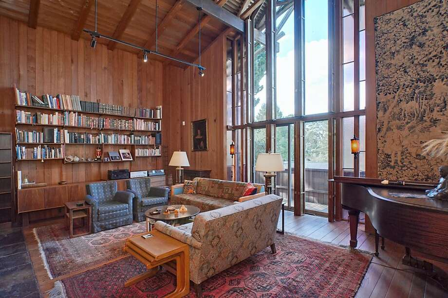 The living room has a high ceiling and wall of built-in bookcases and cabinetry. Photo: Thomas Grubba, Thomas Grubba Photography