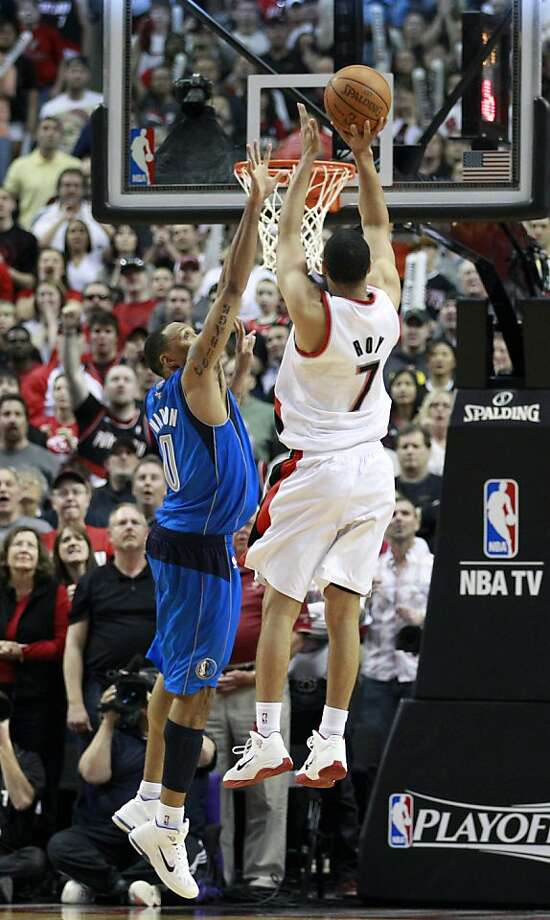 Portland Trail Blazers' Brandon Roy (7) shoots the winning basket as Dallas Mavericks' Shawn Marion (0) defends in the fourth quarter of Game 4 of their NBA basketball first-round playoff series on Saturday, April 23, 2011, in Portland, Ore. The Trail Blazers defeated the Mavericks 84-82. Photo: Rick Bowmer, AP