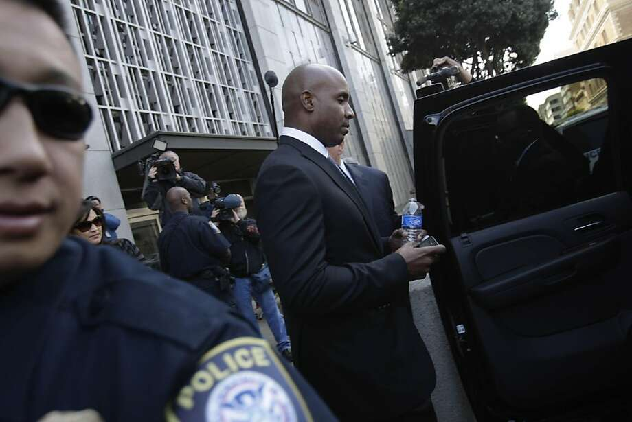 Barry Bonds leaves the Phillip Burton Federal Building and United States Court House in San Francisco as the jury continues to deliberate in his perjury trial Monday. Photo: Lea Suzuki, The Chronicle