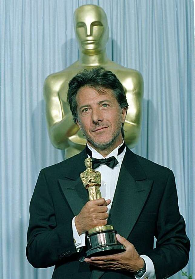 """Dustin Hoffman poses with his Oscar backstage at the 61st Academy Awards in Los Angeles, Calif., on March 29, 1989, after he was named best actor for his performance in """"Rain Man.""""  (AP Photo/Reed Saxon) Photo: Reed Saxon"""