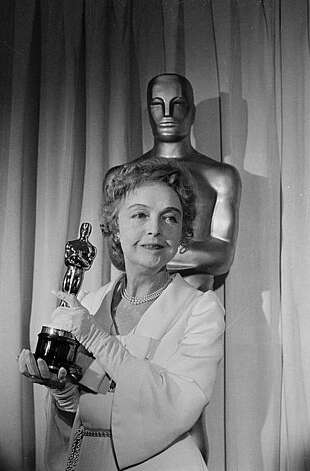 Actress Lillian Gish displays the Oscar she received for her long service to acting at the Academy Awards ceremony, held on April 16, 1971, at the Los Angeles Music Center.  The audience gave her a rare standing ovation.  (AP Photo) Photo: Hh