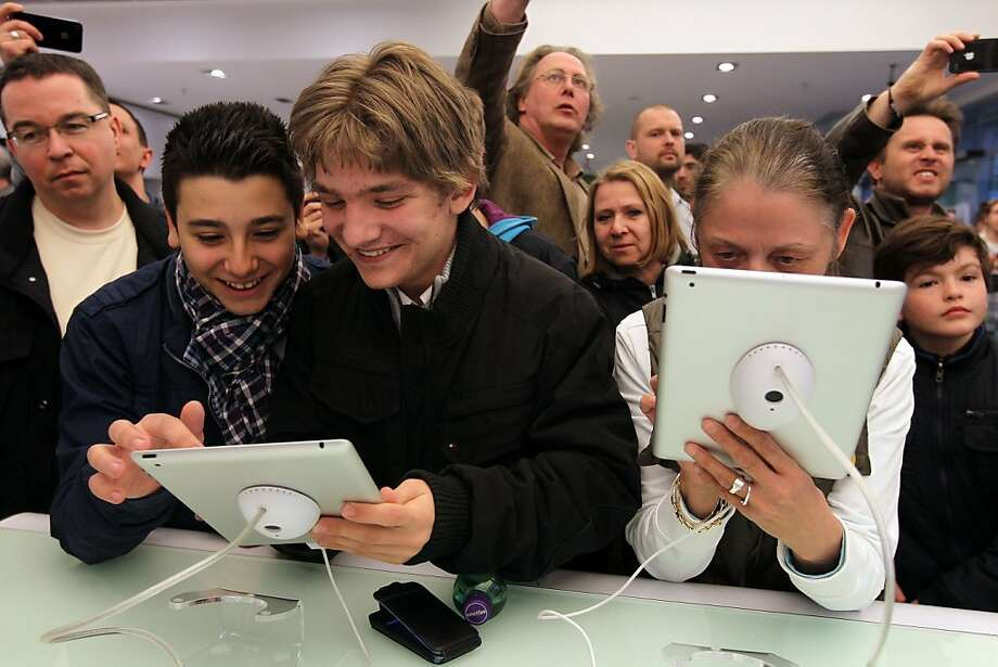 BERLIN, GERMANY - MARCH 25:  Shoppers look at the new Apple iPad 2 on the first day the tablet computer went on sale in Germany at a Gravis shop on March 25, 2011 in Berlin, Germany. Apple began selling the successor to its successful iPad 2 in 25 countries today, including Canada, Australia and countries across Europe. Photo: Sean Gallup, Getty Images