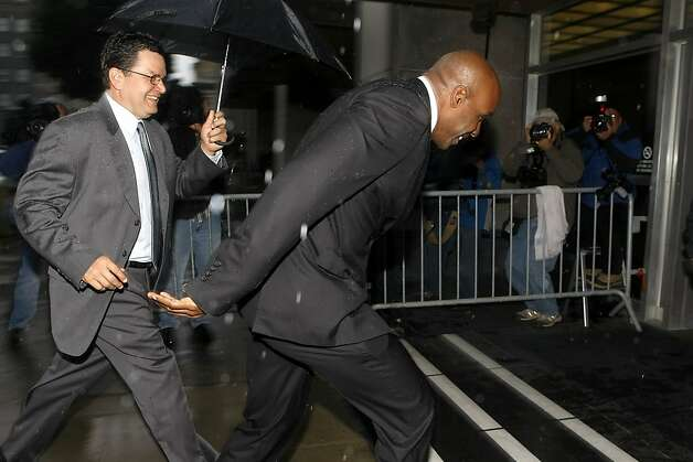 Barry Bonds runs for the door in the rain with his security as he arrives for his perjury trial, Thursday March 24, 2011, at the Federal Building in San Francisco, Calif. Photo: Lacy Atkins, The Chronicle