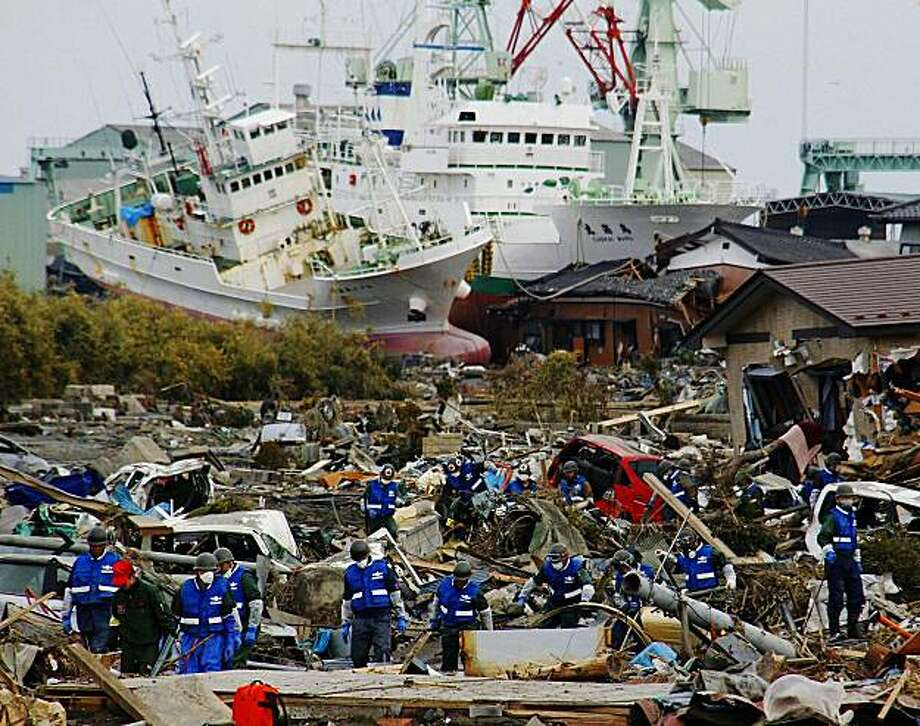 Japan Ground Self-Defense Force members search for the victims of Friday's tsunami in Miyako, Iwate Prefecture, northern Japan, Monday, March 14, 2011, three days after a massive earthquake and the ensuing tsunami hit the country's east coast. Photo: AP