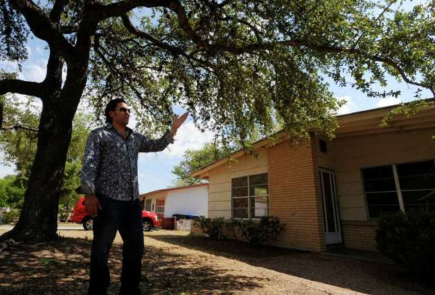 Armando Montelongo tours a house in San Antonio in September of 2007. Photo: BILLY CALZADA, SAN ANTONIO EXPRESS-NEWS / gcalzada@express-news.net
