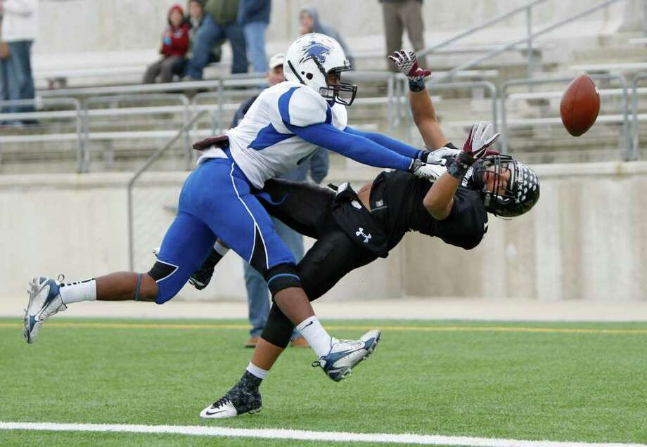 12/10/11 -  Dekaney linebacker Miles Curl (4) hits Mansfield Timberview wide receiver Jarrett Minnitt (18) on an attempted touchdown catch in the UIL 5A Division II semifinals Round Rock, Texas Saturday December 10, 2011. (Erich Schlegel/Special Contributor) Photo: Erich Schlegel, Houston Chronicle / ©2011 Erich Schlegel