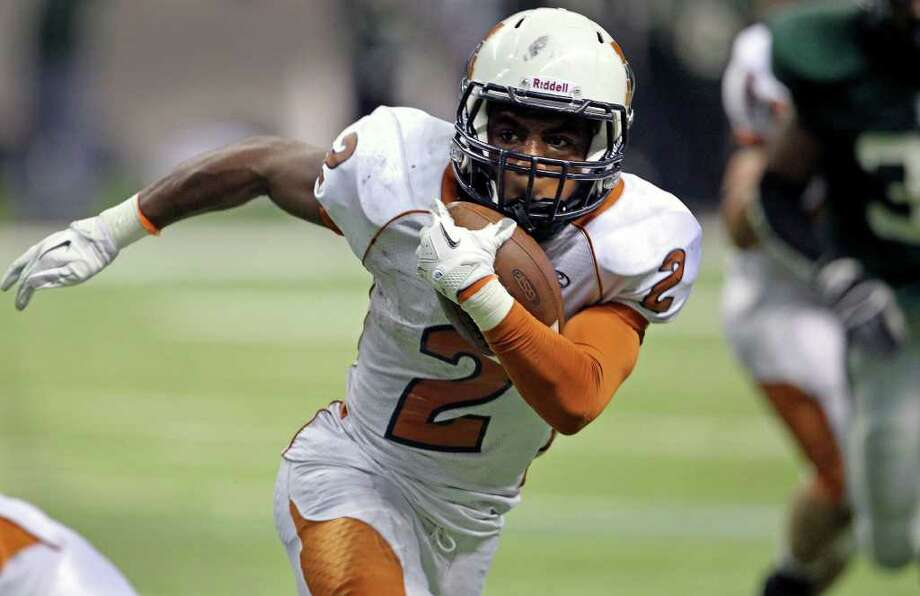 SPORTS  Maverick running back Marquise Warford tries to find a way to get around the left end in the fourth quarter as Madison plays Fort Bend Hightower at the Alamodome in the state semifinal playoffs on December 10, 2011 Tom Reel/Staff Photo: TOM REEL, SAN ANTONIO EXPRESS-NEWS / © 2011 San Antonio Express-News
