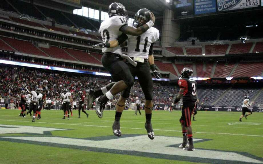 Cibolo Steele High School quarterback Tommy Armstrong (10), left, celebrates his touchdown with his teammate CJ Lynch during the first quarter of a Class 5-A Division II semifinal high school football game, Saturday, Dec. 10, 2011, in Reliant Stadium in Houston. Steele High won 51-31. Photo: Nick De La Torre, Houston Chronicle / © 2011  Houston Chronicle