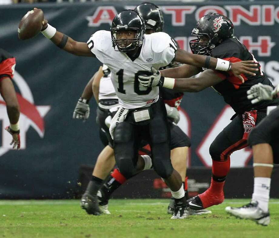 Cibolo Steele High School quarterback Tommy Armstrong breaks away from Port Arthur High School's Walter Oliver during the first quarter of a Class 5-A Division II semifinal high school football game, Saturday, Dec. 10, 2011, in Reliant Stadium in Houston. Photo: Nick De La Torre, Houston Chronicle / © 2011  Houston Chronicle