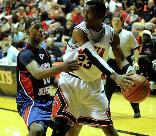 HJ's Shawn Prudhomme guards Mexia's D.J. Weathers during the Class 3A Region III final in the Johnson Coliseum at Sam Houston State University in Huntsville, last season. H-J and Mexia are the top two teams in this week's 3A rankings. Tammy McKinley/The Enterprise Photo: TAMMY MCKINLEY / Beaumont