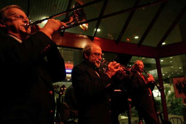 Jim Cullum leads his band at Jim Cullum's Riverwalk Landing Friday  December 11, 2009. Photo: TOM REEL, SAN ANTONIO EXPRESS-NEWS / treel@express-news.net