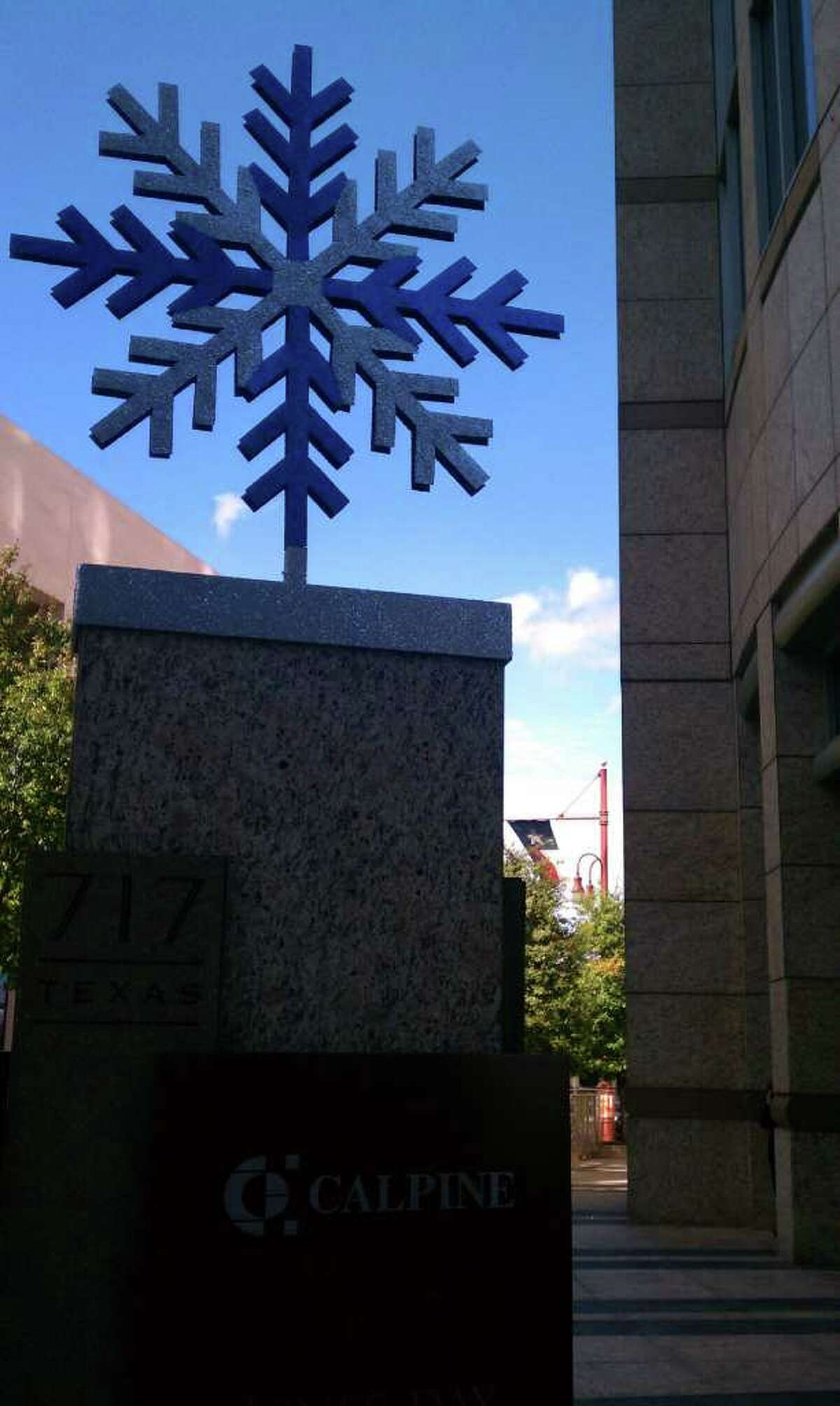 Katherine Feser : Chronicle RARE SNOW SIGHTING: A blue and silver flake decorates the monument outside 717 Texas in downtown Houston.