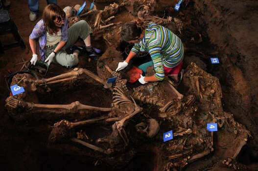 In this picture taken Monday and released by Argentine judicial officials Wednesday, forensic anthropologists work on a common grave recently discovered and allegedly containing the remains of at least 15 people apparently slain during the country's  1976-1983 dictatorship, in Argentina's northern state of Tucuman. Photo: AP