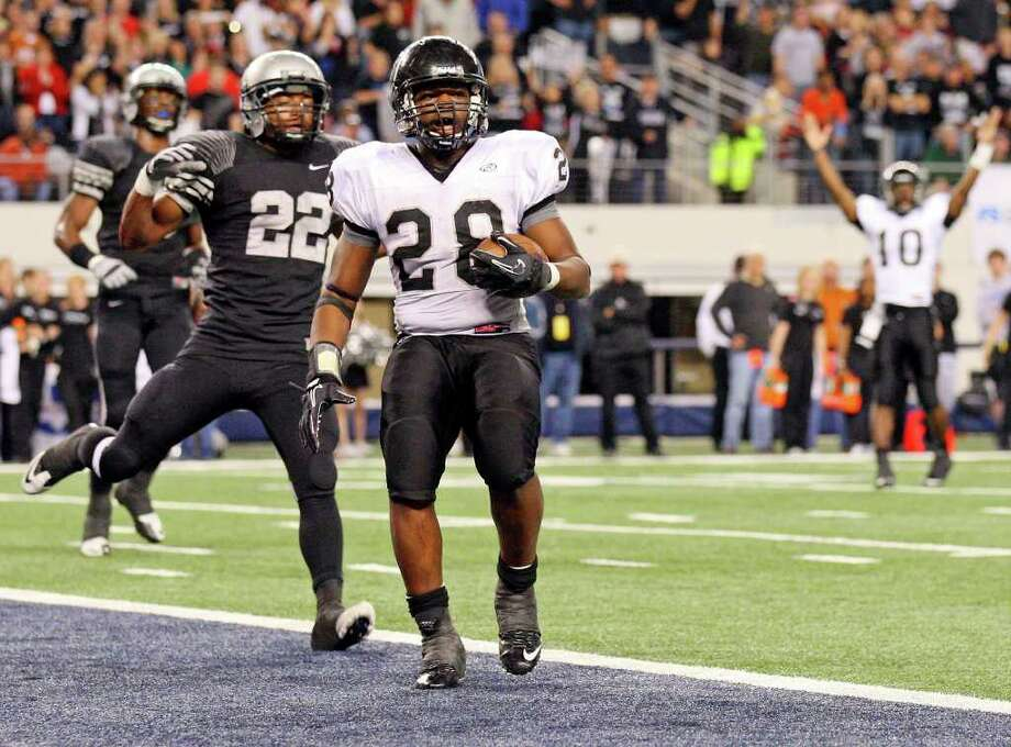 Malcolm Brown's go-ahead touchdown in the fourth quarter helped Steele prevail in the 2010 Class 5A Division II state title game. Photo: EDWARD A. ORNELAS, SAN ANTONIO EXPRESS-NEWS / eaornelas@express-news.net