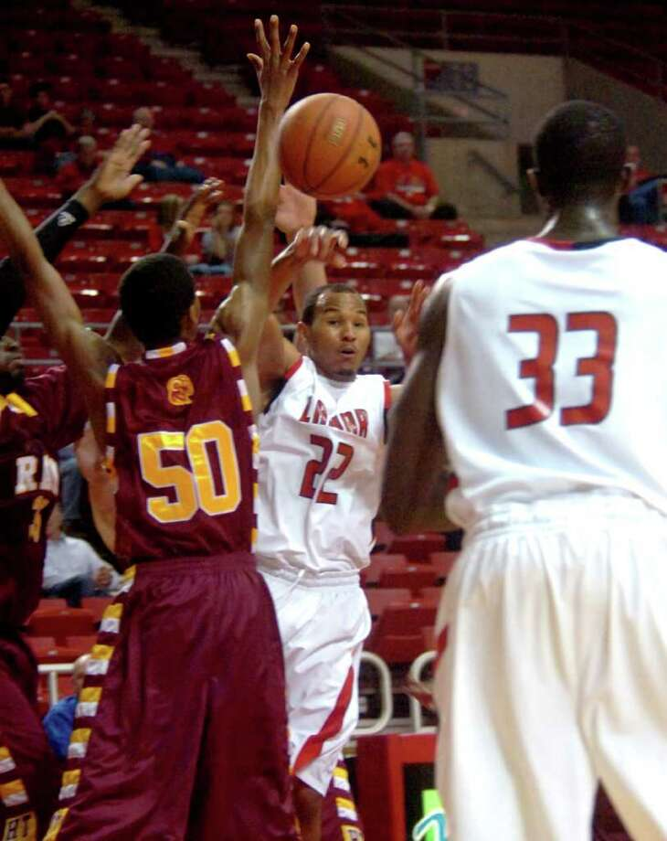 Lamar's Donley Minor passes to Osas Ebomwonyi during the game against Huston-Tillotson at the Montagne Center at Lamar in Beaumont, Wednesday, December 14, 2011. Tammy McKinley/The Enterprise Photo: TAMMY MCKINLEY