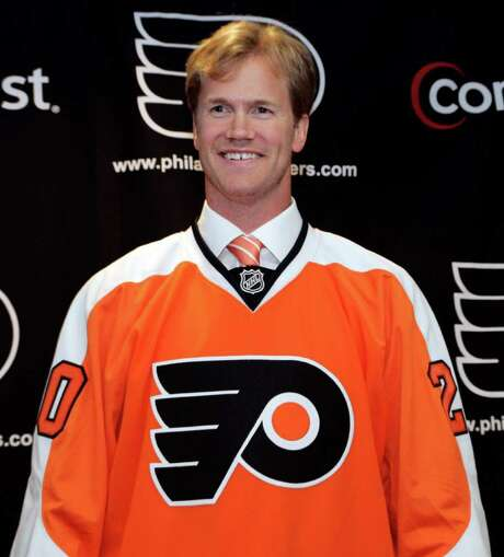 Chris Pronger, the Philadelphia Flyers' new defenseman, poses wearing his jersey at the end of a press conference where he was introduced, Monday, July 6, 2009, in Voorhees, N.J. (AP Photo/Tom Mihalek) Photo: Tom Mihalek / FR148949 AP