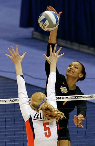 USC's Alex Jupiter goes for a kill against Illinois' Anna Dorn during game action of the 2011 NCAA Division I Women's Volleyball Championship National Semifinal Match #2 at the Alamodome on Thursday, Dec. 15, 2011. Jupiter had 32 kills, however Illinois defeated USC in five sets, 25-27, 25-18, 25-22, 18-25 and 15-10 in the tie breaker. MICHAEL MILLER / mmiller@express-news.net Photo: MICHAEL MILLER, Express-News / mmiller@express-news.net