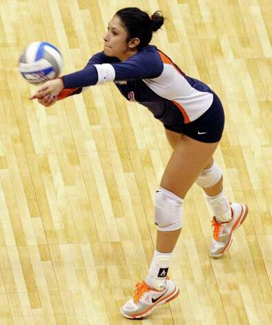 Illinois' Jennifer Beltran digs against USC during the 2011 NCAA Division I Women's Volleyball National Semifinal Championship match Thursday Dec. 15, 2011 at the Alamodome. Illinois defeated USC 3-2. PHOTO BY EDWARD A. ORNELAS/eaornelas@express-news.net) Photo: EDWARD A. ORNELAS, Express-News / © SAN ANTONIO EXPRESS-NEWS (NFS)