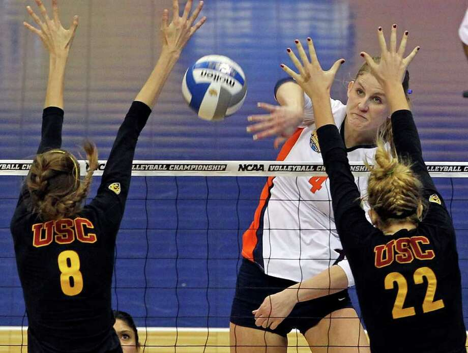 Colleen Ward (middle) came up big for Illinois in Thursday's semifinal with a season-best 27 kills and a career-high 22 digs. Photo: TOM REEL, Express-News / © 2011 San Antonio Express-News
