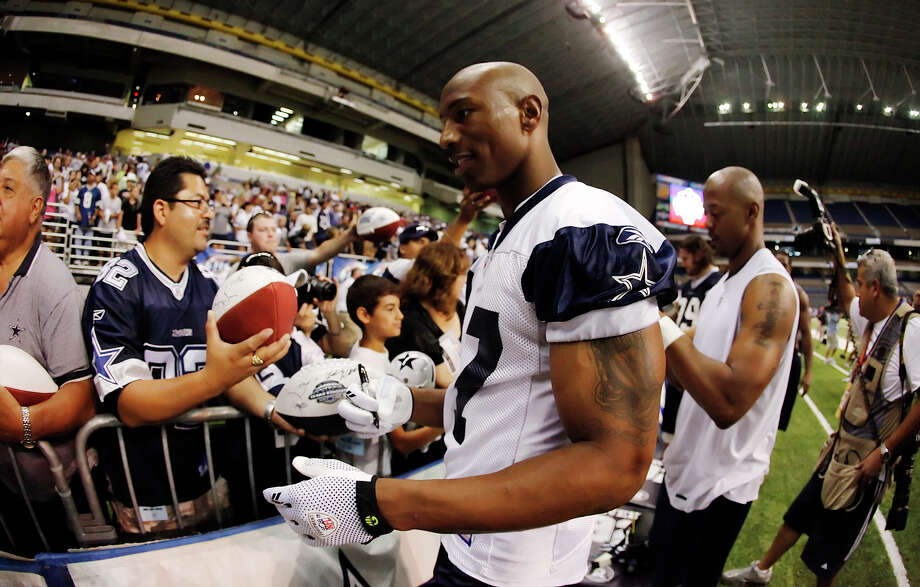 Former Cowboy Sam Hurd was cut by the Chicago Bears two days after he was arrested Wednesday night at a Chicago restaurant for allegedly accepting a kilogram of cocaine from an undercover agent posing as a drug supplier. / San Antonio Express-News