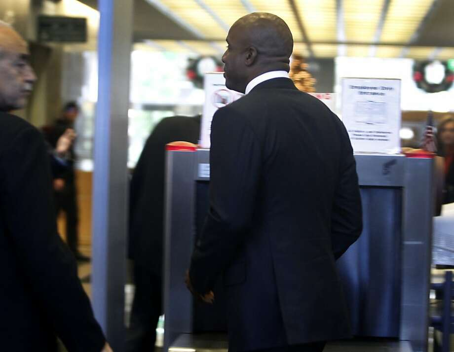 Barry Bonds goes through the security checkpoint at the Phillip Burton Federal Court House for his sentencing hearing in San Francisco, Calif. on Friday, Dec. 16, 2011. Photo: Paul Chinn, The Chronicle