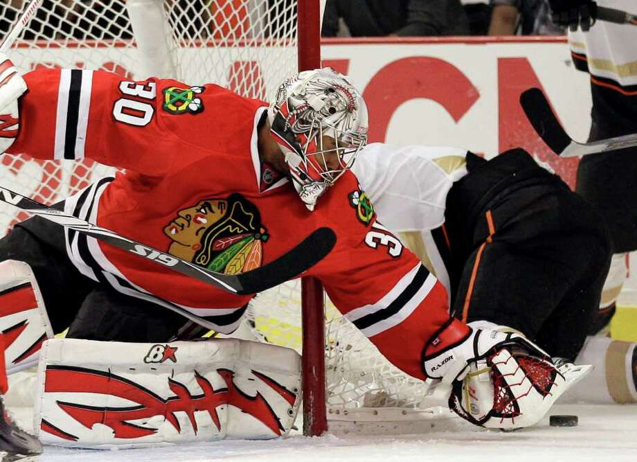 NAM Y. HUH : ASSOCIATED PRESS BIG NIGHT IN THE NET: Blackhawks goalie Ray Emery (30) stopped 24 shots to help the team post its fourth straight win by defeating the Anaheim Ducks. Photo: Nam Y. Huh / AP