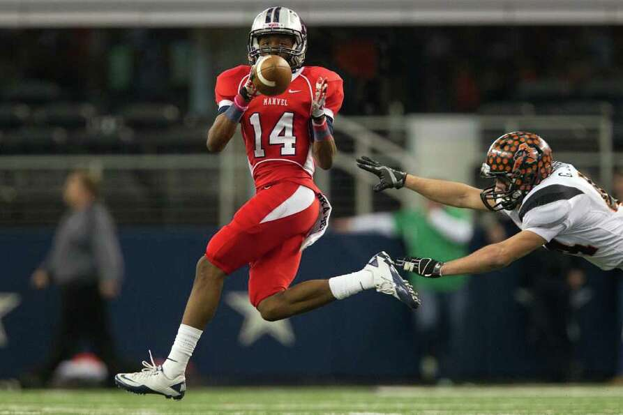 Manvel wide receiver Austin Bennett (14) makes a catch against Aledo during the fourth quarter of th