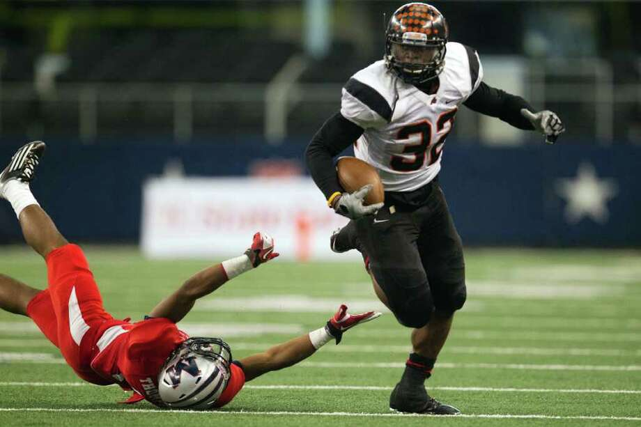Aledo running back Jonathan Gray (32) gets past Manvel defensive back Carlos Thompson during the fourth quarter of the 4A Div. 2 state championship high school football game at Cowboys Stadium on Saturday, Dec. 17, 2011, in Arlington.  Aledo won the game 49-28. Photo: Smiley N. Pool, Houston Chronicle / © 2011  Houston Chronicle