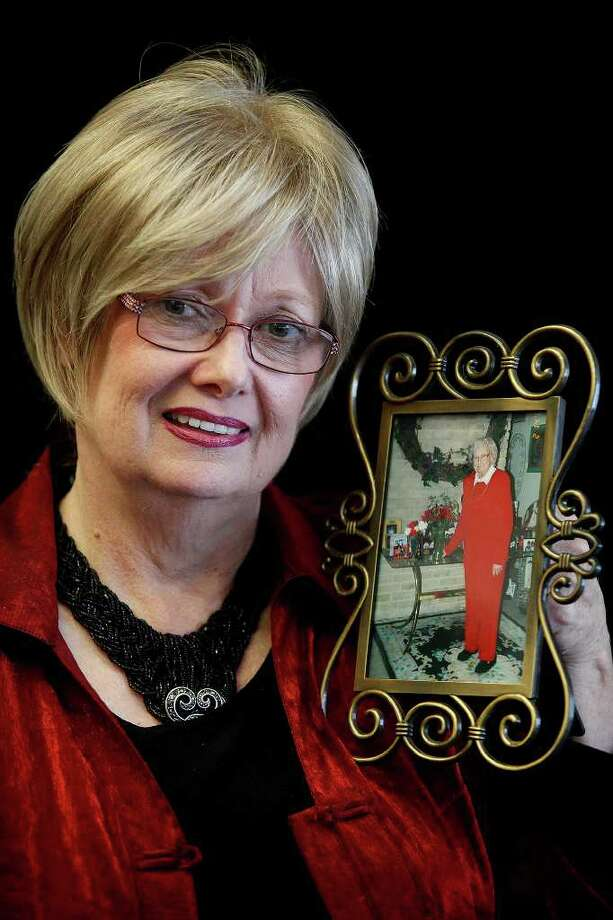 Reesa Fannin holds a photograph of her mother, Dorine DuPree, who passed away in 2009, on Thursday, December, 15, 2011 in Converse. Photo: LISA KRANTZ, SAN ANTONIO EXPRESS-NEWS / SAN ANTONIO EXPRESS-NEWS